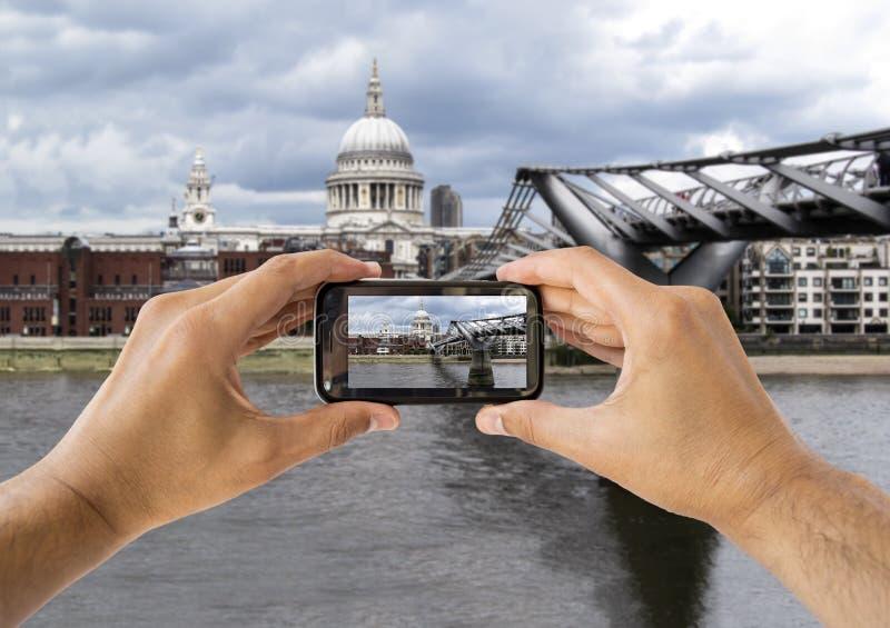Fotografieren An St. Paul Cathedral Und An Der Jahrtausend-Brücke Stockfotografie