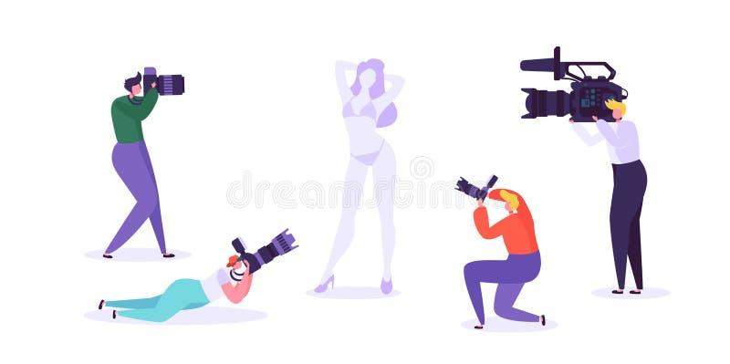 Fotografiestudio mit der jungen weiblichen vorbildlichen Aufstellung und Fotografen bei der Arbeit Charaktere auf schießender Sit stock abbildung