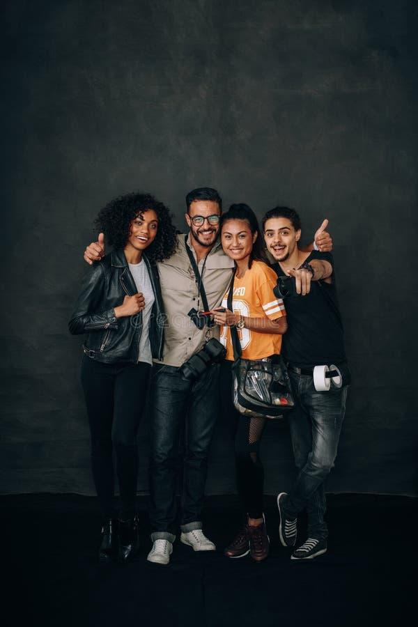 Fotografieteam tijdens een fotospruit in een studio stock afbeeldingen