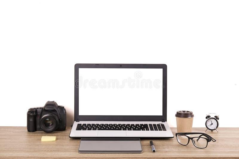 Fotografii blogger, fotograf, ja/specjalisty ` s powierzchni biurowa typowy stół z laptopem, pustym ekranem, filiżanką i elektron fotografia stock