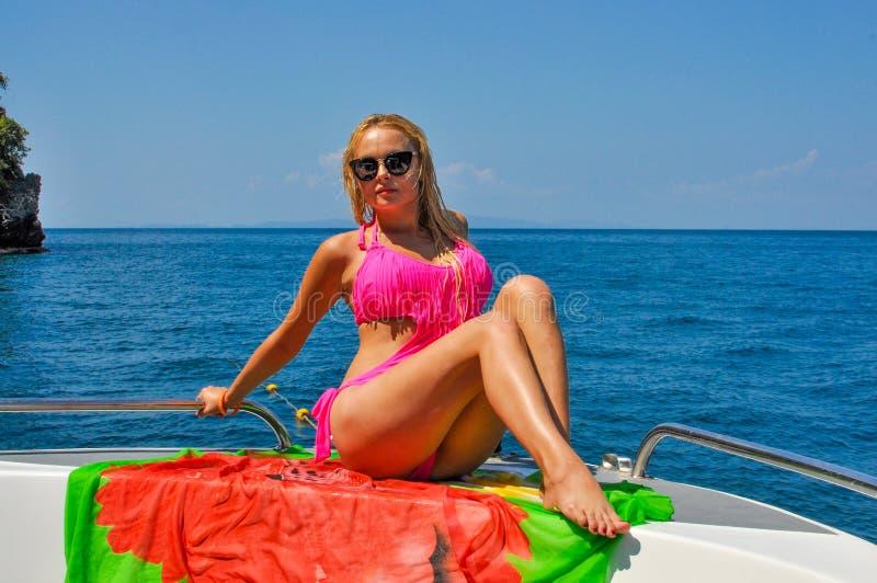 Fotografii blondynka w okularach przeciwsłonecznych zdjęcia royalty free