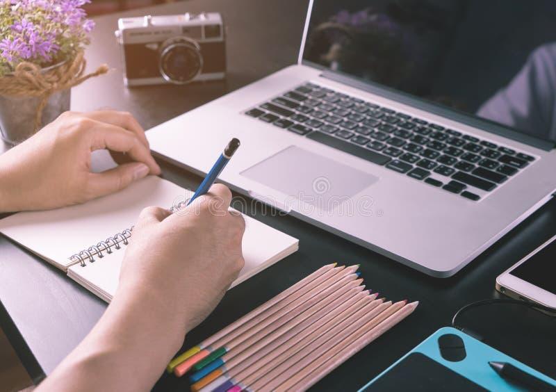 Fotografii i projektant grafik komputerowych pracujący biurko obraz royalty free
