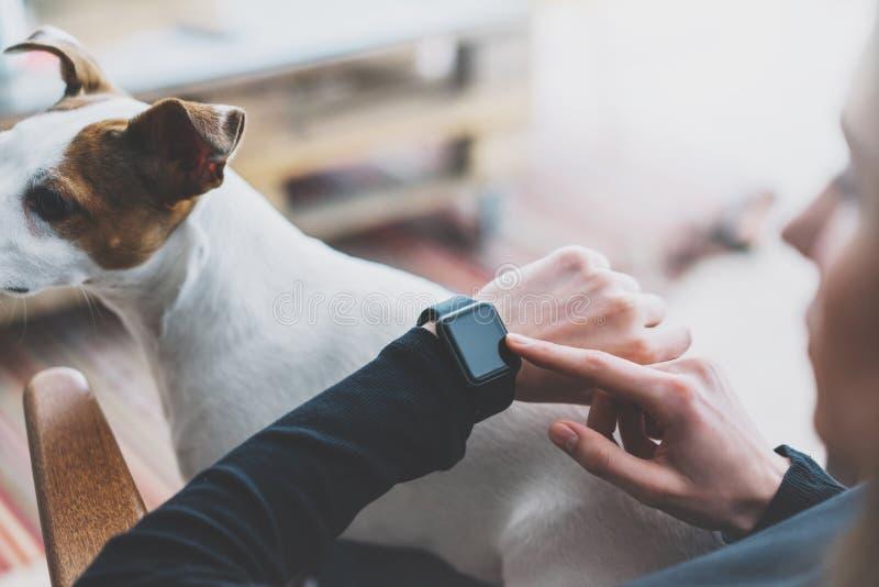 Fotografii kobieta Pracuje Nowożytnego loft, używać rodzajowego projekta mądrze zegarek Żeńskie ręki Dotyka parawanowego smartwat obrazy stock