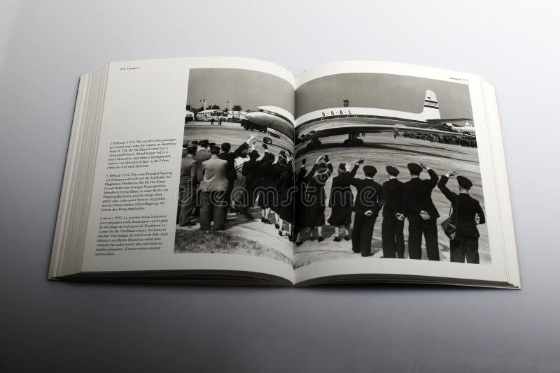 Fotografii książka Nick Yapp światowy ` s pierwszy pasażera samolotu odrzutowego samolot przy Heathrow Lotnisko, 1952 obraz stock