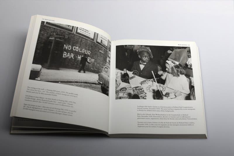Fotografii książka Nick Yapp Żadny Colour bar Tutaj Mimo to graffiti ściana w Londyn, fotografia royalty free