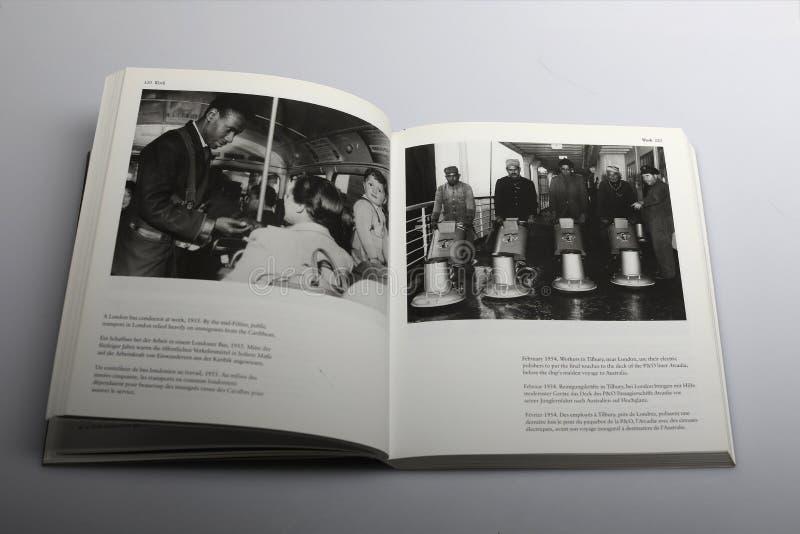 Fotografii książka Nick Yapp, Autobusowy dyrygent przy pracą w Londyn 1955 fotografia stock