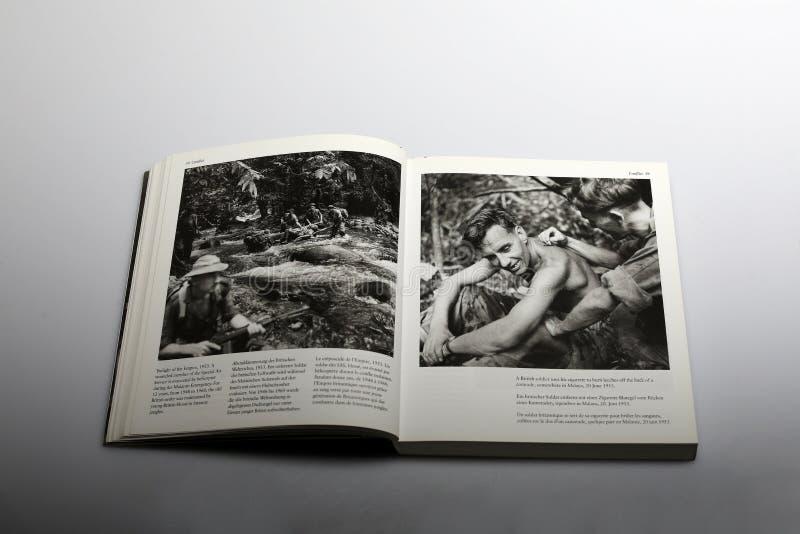 Fotografii książka Nick Yapp, Brytyjscy żołnierze w Malaya 1953 fotografia stock