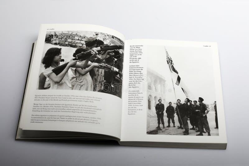 Fotografii książka Nick Yapp, Egipscy dzieci przygotowywa dla wojny zdjęcie royalty free