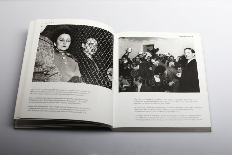 Fotografii książka Nick Yapp, Kim Philby Trzeci mężczyzna przy konferencją prasową w Londyn 1955 zdjęcia stock