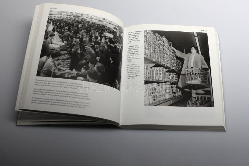 Fotografii książka Nick Yapp, samoobsługa przy supermarketem w Connecticut usa 1950 zdjęcia stock