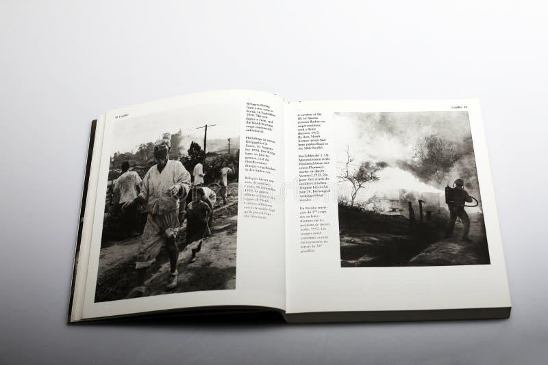 Fotografii książka Nick Yapp, uchodźcy w strefie działań wojennych w Korea obraz stock