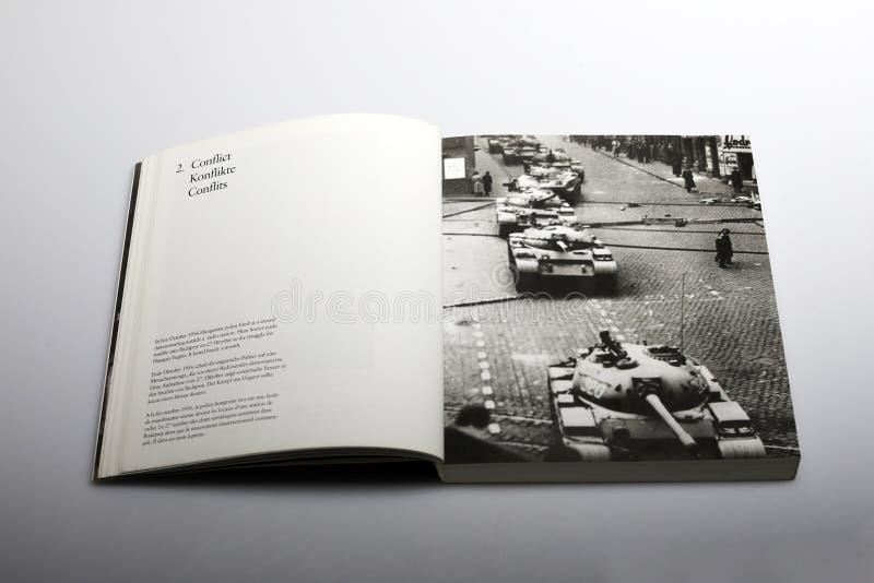 Fotografii książka Nick Yapp, węgier policja podpalająca obrazy royalty free