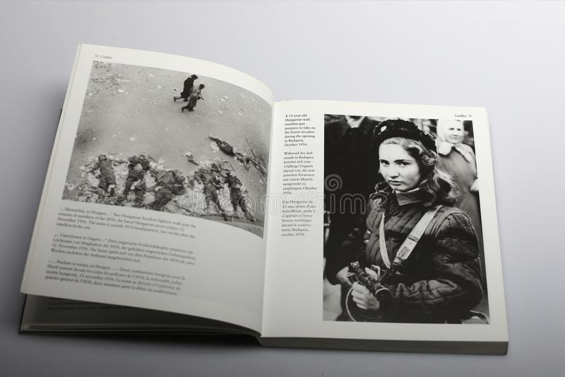 Fotografii książka Nick Yapp, Węgierska dziewczyna z pistoletem przeciw Radzieckim najeźdźcom obraz royalty free