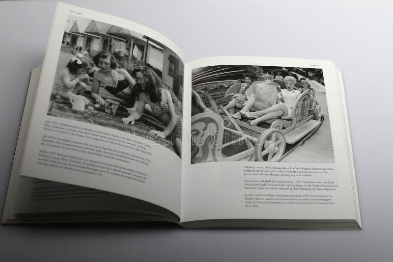 Fotografii książka Nick Yapp, wczasowiczki w lata pięćdziesiąte zdjęcie royalty free