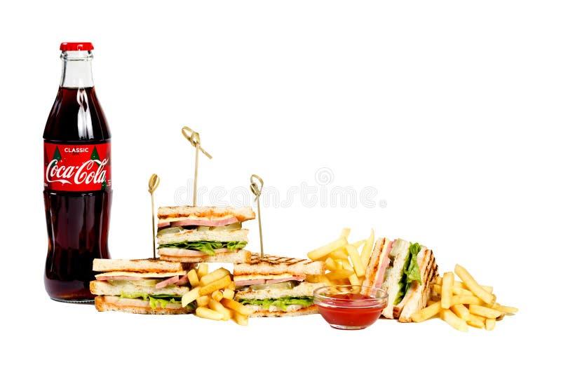 Fotografii sesji nowy menu kawa dom, świeża świetlicowa kanapka, szklana butelka koka-kola, francuscy dłoniaki, ketchup odizolowy obrazy royalty free