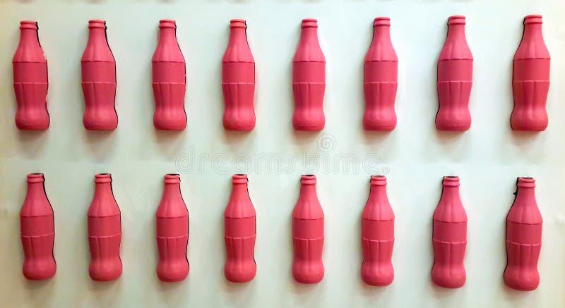Fotografii tła butelka pije biel ścianę odizolowywającą fotografia stock