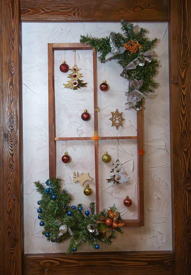 Fotografii tła drewniana rama dekorująca z elementami i gałąź jodła nowego roku i bożych narodzeń zdjęcie royalty free