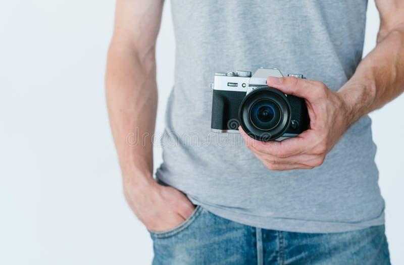 Fotografii wyposażenia elektronika mężczyzna chwyta kamera zdjęcie stock
