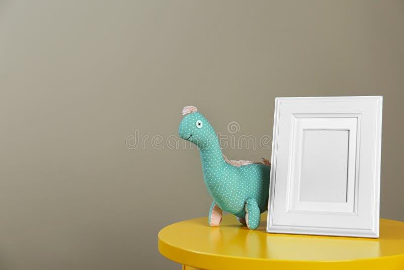 Fotografii zabawka dla dziecka izbowego wnętrza na stole i rama obrazy stock