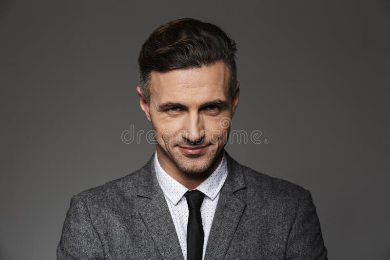 Fotografii zbliżenie atrakcyjny młody człowiek 30s jest ubranym garnitur obrazy stock