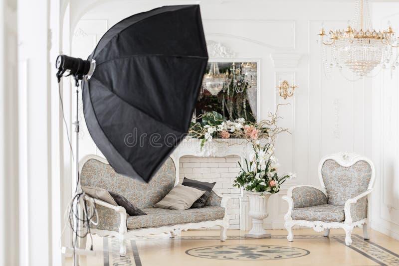 Fotografisk studio med modern belysningsutrustning Ljus inre för vårrumstudio Lyxig dekor med dagsljus fotografering för bildbyråer