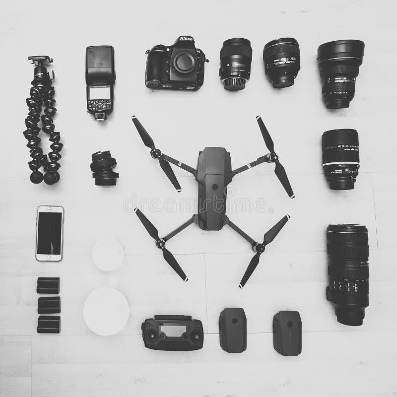 Fotografiutrustning på träbakgrund arkivfoton