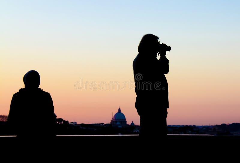 Fotografkontur mot Rome horisont royaltyfria foton