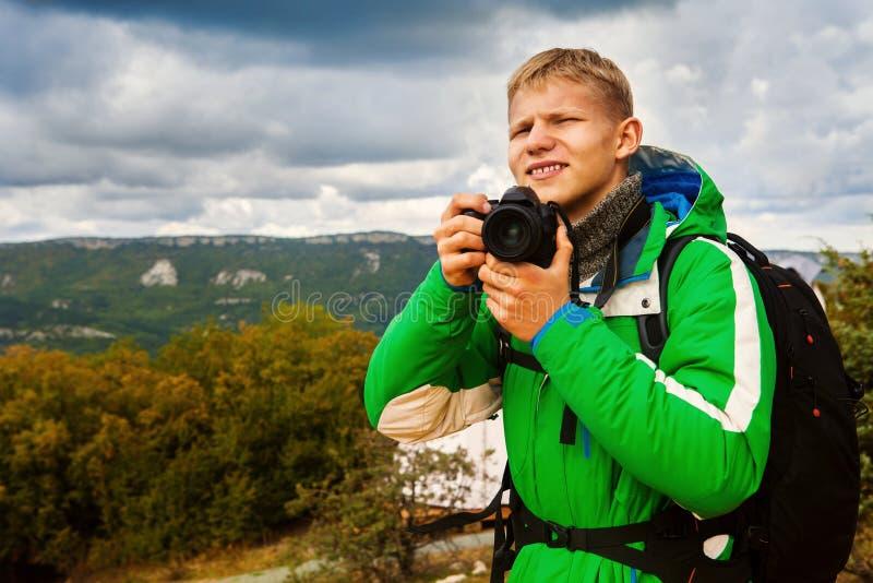 Fotografo all'aperto del giovane immagini stock