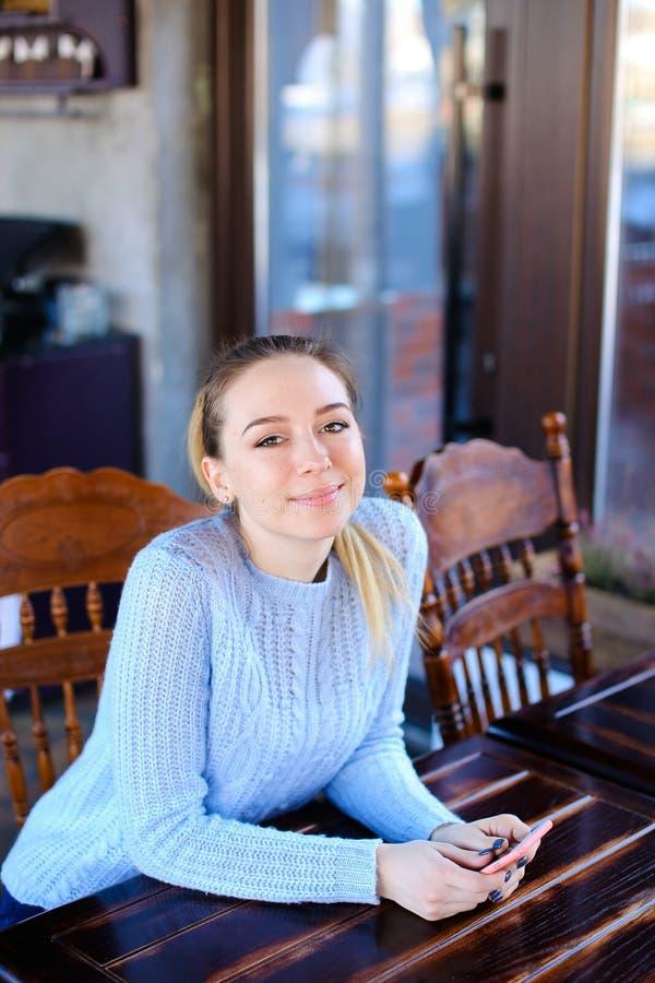 Fotografo aspettante di modello per photoshoot in caffè immagini stock libere da diritti