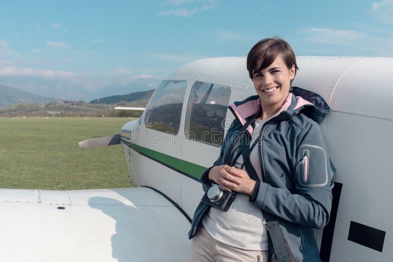 Fotografo che posa con un aereo leggero immagini stock libere da diritti