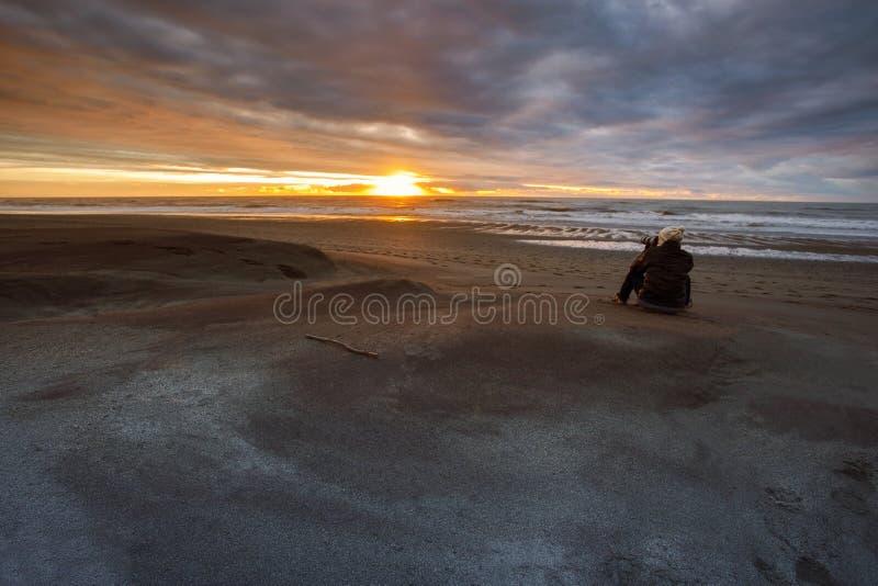 Fotografo che prende ad un sole fotografia stabilita su sud della spiaggia di hokitika fotografie stock libere da diritti