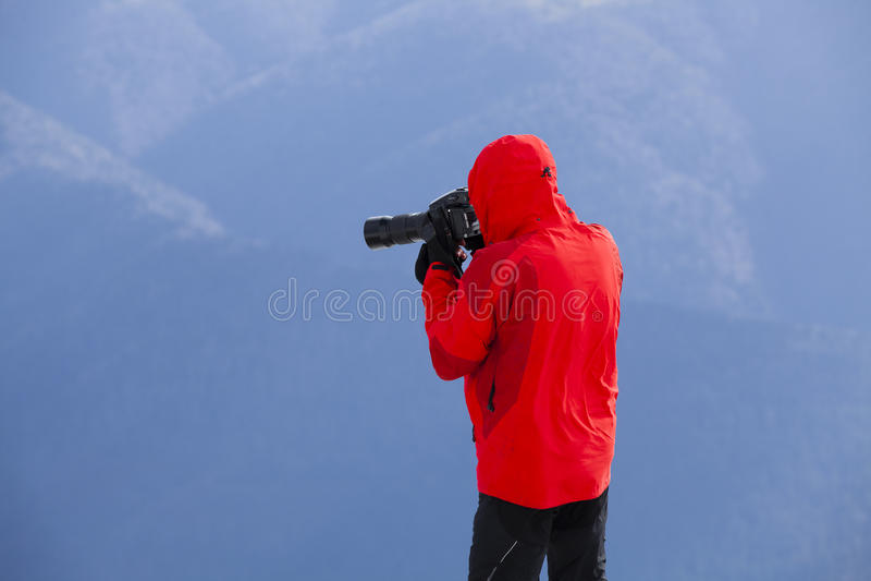Fotografo che prende le immagini del paesaggio fotografia stock libera da diritti