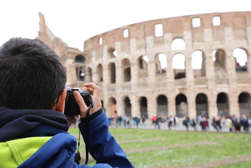 Fotografo che prende un'immagine del amphitheate di Roman Colosseum fotografia stock libera da diritti