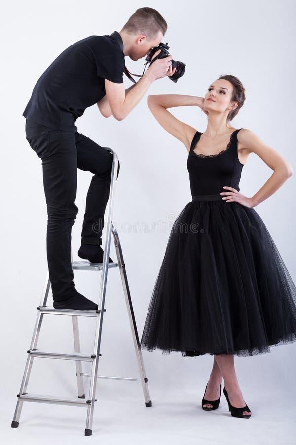 Fotografo che sta sulla scala e che prende una foto immagine stock libera da diritti