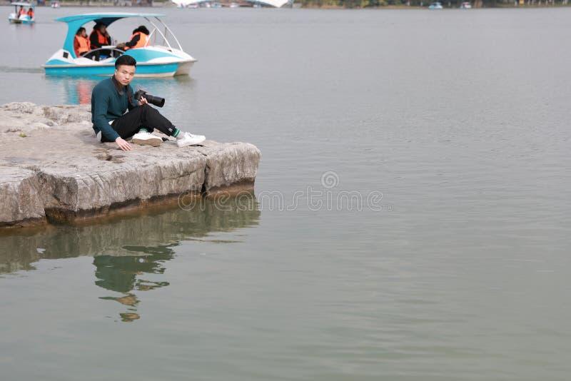 Fotografo cinese asiatico dell'uomo in parco immagini stock libere da diritti