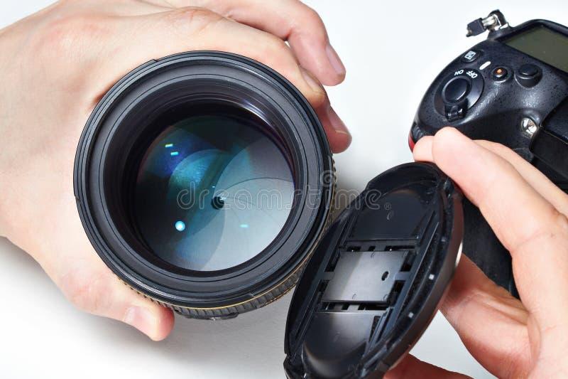 Fotografo con la grandi lente e macchina fotografica di SLR immagini stock libere da diritti