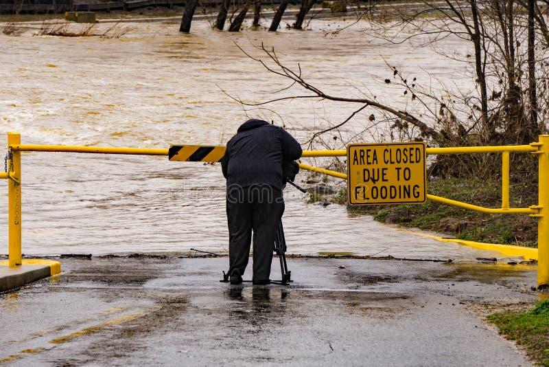 Fotografo Covering del locale TV l'inondazione del fiume di Roanoke fotografia stock