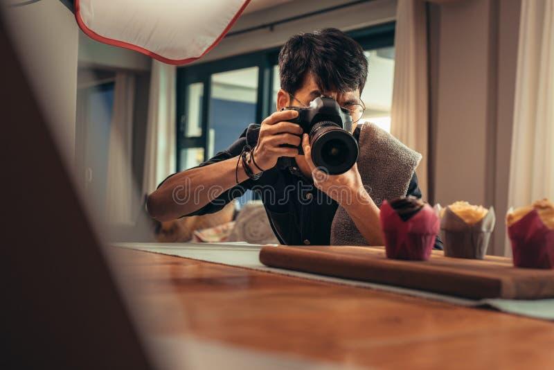Fotografo dell'alimento che spara nel suo studio immagine stock libera da diritti