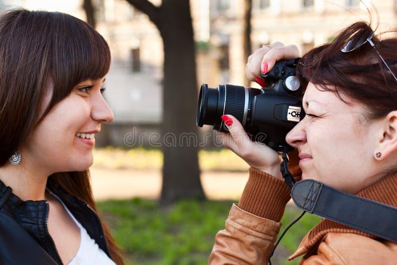 Fotografo della donna che fotografa il modello fotografie stock libere da diritti
