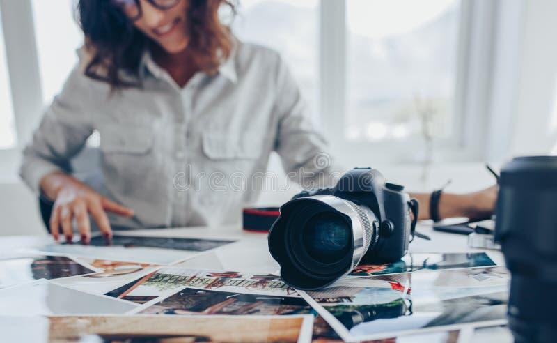 Fotografo della donna che ritocca le immagini fotografia stock