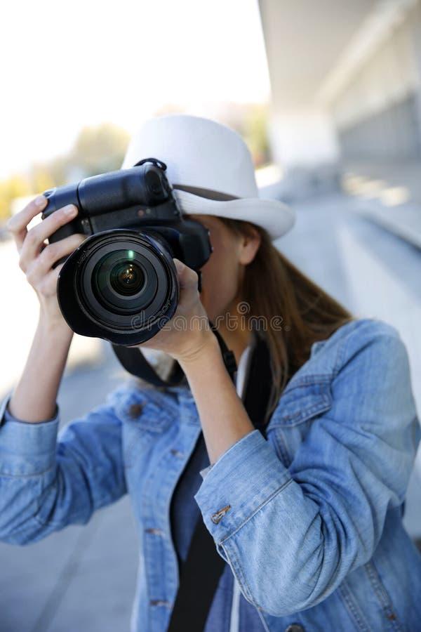 Fotografo della donna che tiene macchina fotografica reflex fotografie stock