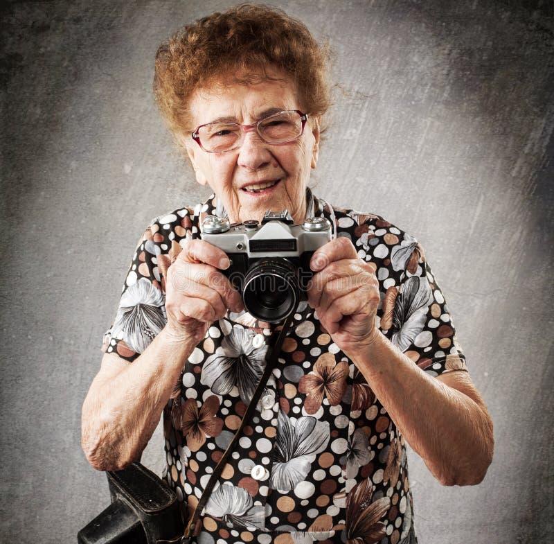 Fotografo della nonna con la vecchia macchina fotografica fotografie stock