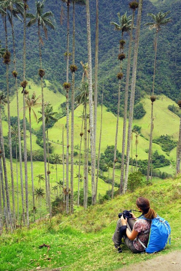 Fotografo della ragazza che ammira il paesaggio della valle di Cocora in un giorno nuvoloso fotografie stock libere da diritti
