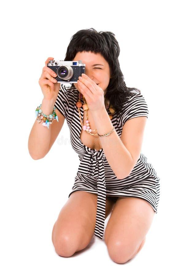 Fotografo della ragazza di bellezza in maglia del marinaio con la macchina fotografica della foto immagini stock libere da diritti