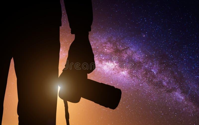 Fotografo della siluetta con la macchina fotografica e la Via Lattea fotografie stock