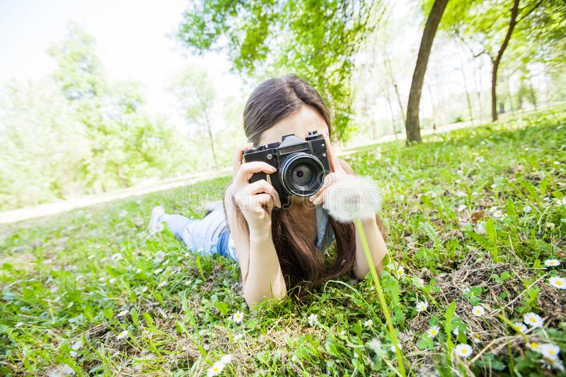 Fotografo dilettante Outdoor della giovane donna fotografia stock