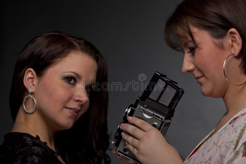 Fotografo femminile che cattura le maschere fotografie stock