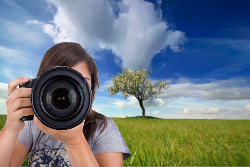 Fotografo femminile con la macchina fotografica digitale della foto fotografia stock