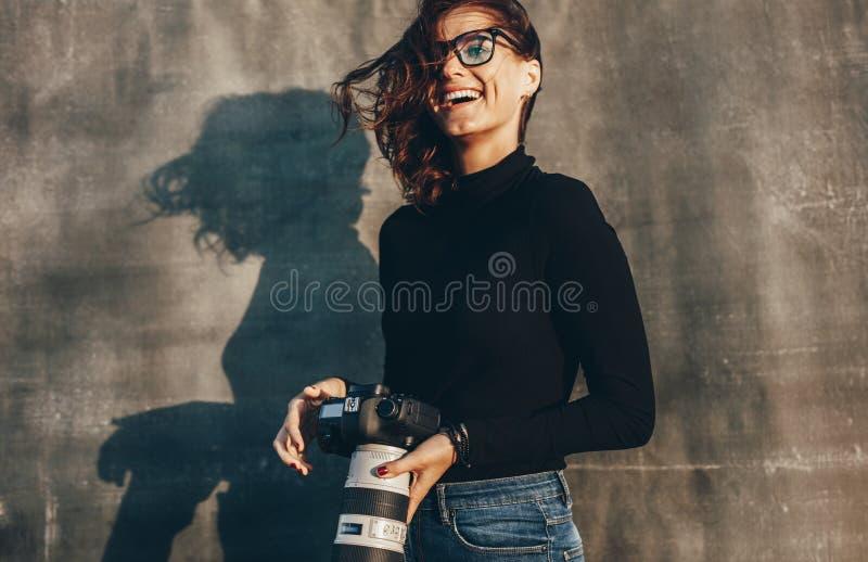 Fotografo femminile su un tiro di foto immagine stock