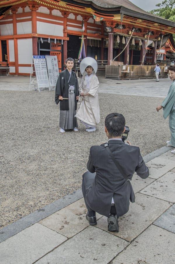 Fotografo At le nozze shintoiste al santuario Giappone di Yasaka Kyoto immagini stock libere da diritti